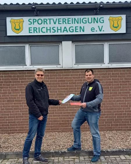 Der Erste, Frank Lohmann, erhält die Urkunde vom 1. Vorsitzenden©Sportvereinigung Erichshagen
