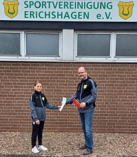 Lilljana Kunz als Dritte erhält ihre Auszeichnung vom 3. Vorsitzenden, Michael Borgs©Sportvereinigung Erichshagen